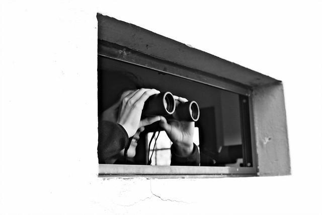 изображение наблюдателя с биноклем. источник https://www.flickr.com/photos/kangrex/3012574701