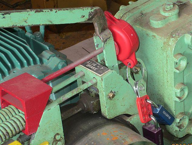 Механизм заблокирован и заперт двумя замками. Пока оба замка не снимут, запустить его невозможно