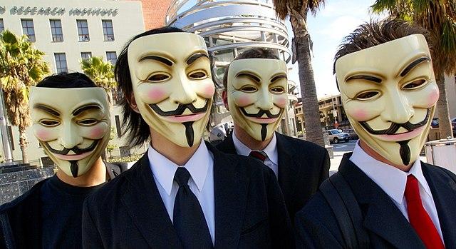 изображение людей в масках