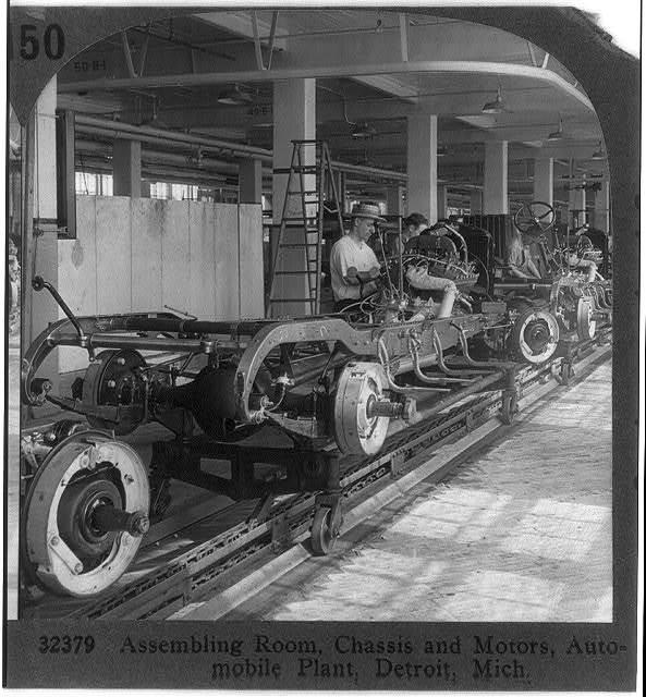 Сборка автомобилей в Детройте, в первой половине 20 века https://picryl.com/media/assembling-room-chassis-and-motors-auto-plant-detroit-mich