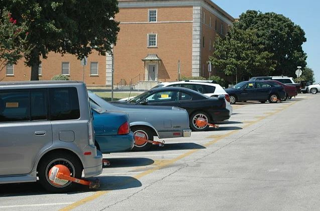 Заблокированные автомобили на территории Университета в Техасе
