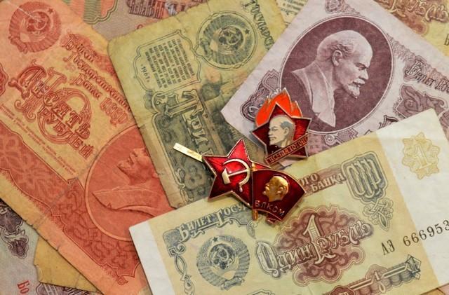 Советские деньги, значки пионера, комсомольца и октябренка Источник https://pxhere.com/ru/photo/1196400